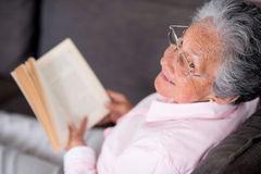donna-anziana-che-legge-un-libro-31014873